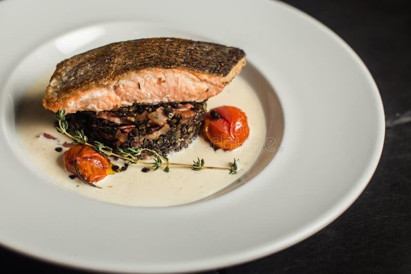 Ψημένος στη σχάρα σολομός με το δεντρολίβανο Πιάτο ψαριών κλείστε επάνω Εστιατόριο στοκ φωτογραφία