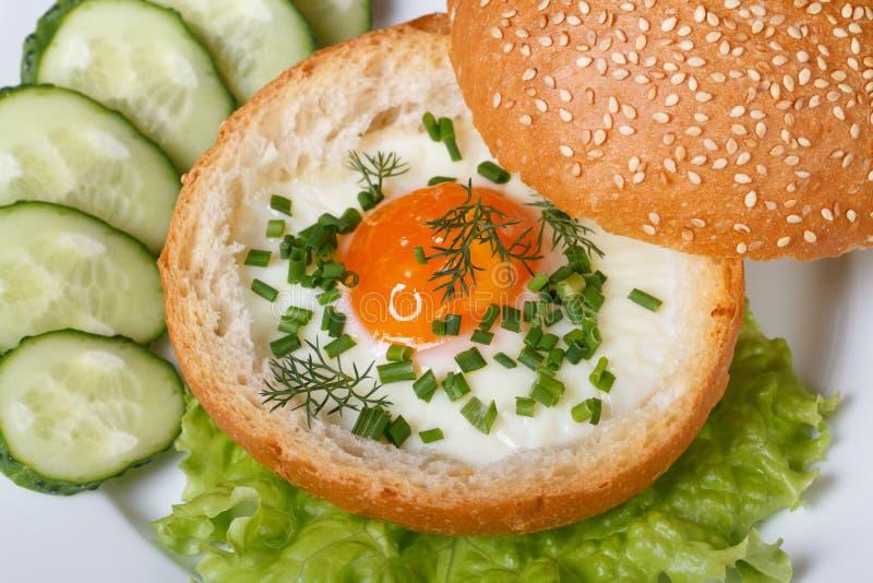 Ψημένο αυγό σε ένα κουλούρι και μια τοπ άποψη λαχανικών στοκ φωτογραφία με δικαίωμα ελεύθερης χρήσης
