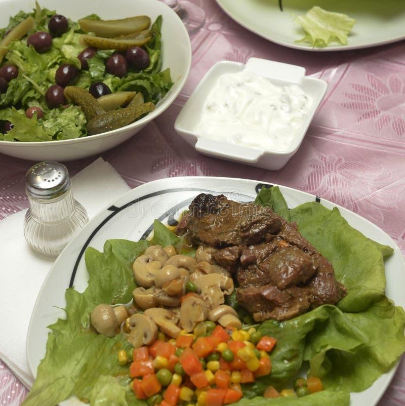 Ψημένο βόειο κρέας με τα μανιτάρια στοκ εικόνες
