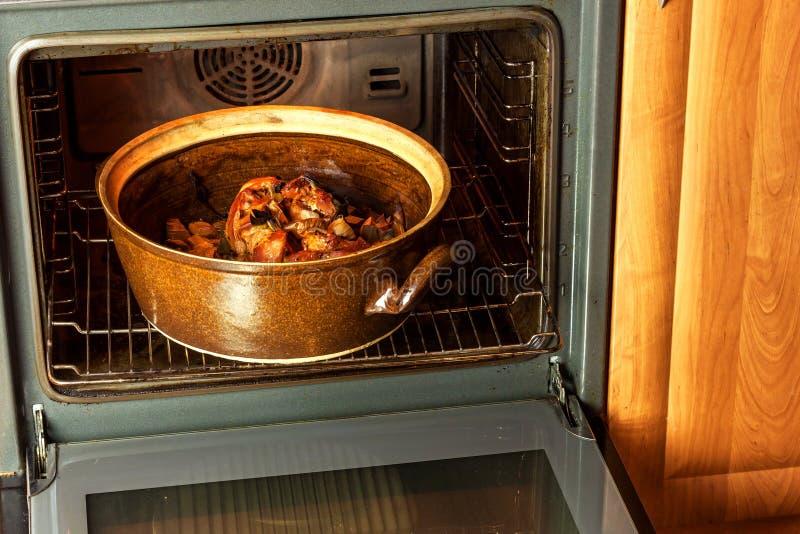 Ψημένο γόνατο χοιρινού κρέατος με το πράσο Κρέας ψησίματος Ηλεκτρικός εσωτερικός φούρνος kitchenware στοκ φωτογραφία