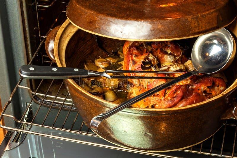 Ψημένο γόνατο χοιρινού κρέατος με το πράσο Κρέας ψησίματος Ηλεκτρικός εσωτερικός φούρνος kitchenware στοκ εικόνες