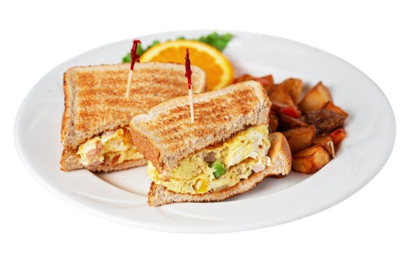 Ψημένο δυτικό σάντουιτς με πατάτες απομονωμένες σε λευκό στοκ εικόνες