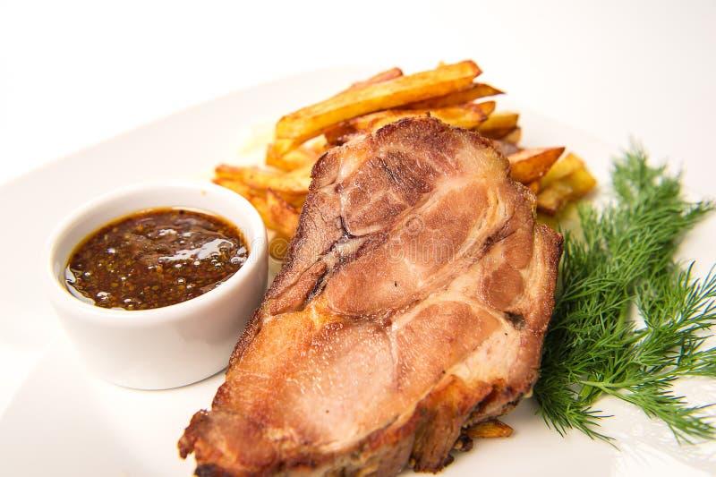 Ψημένο ζαμπόν του λαιμού χοιρινού κρέατος, που μαγειρεύεται στο κρασί με το σκόρδο Crans που εξυπηρετείται στοκ φωτογραφίες με δικαίωμα ελεύθερης χρήσης
