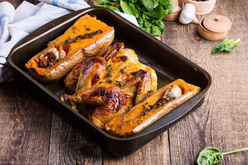 Ψημένο κοτόπουλο με την εποχιακή κολοκύνθη, το σκόρδο και τα χορτάρια φθινοπώρου butternut στοκ φωτογραφία με δικαίωμα ελεύθερης χρήσης