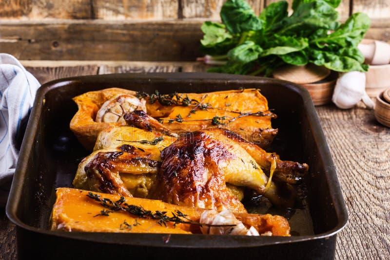 Ψημένο κοτόπουλο με την εποχιακή κολοκύνθη, το σκόρδο και τα χορτάρια φθινοπώρου butternut στοκ φωτογραφίες με δικαίωμα ελεύθερης χρήσης