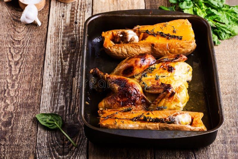 Ψημένο κοτόπουλο με την εποχιακή κολοκύνθη, το σκόρδο και τα χορτάρια φθινοπώρου butternut στοκ εικόνα με δικαίωμα ελεύθερης χρήσης