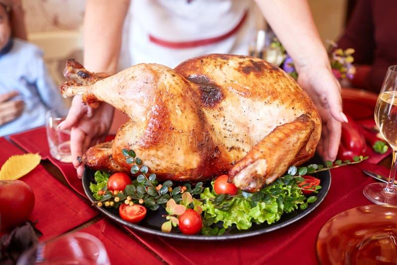 Ψημένο ψημένο κοτόπουλο σε έναν πίνακα διακοπών φρέσκια ελιά πετρελαίου κουζινών τροφίμων έννοιας αρχιμαγείρων πέρα από την έκχυσ στοκ φωτογραφία με δικαίωμα ελεύθερης χρήσης
