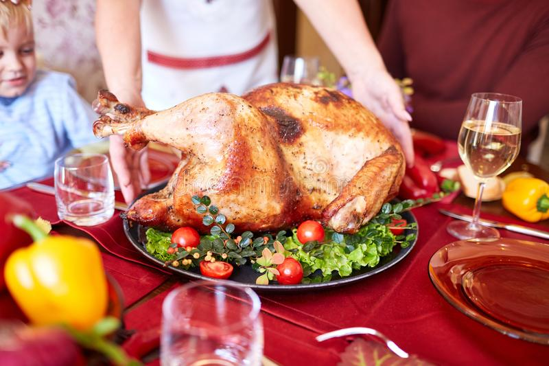 Ψημένο ψημένο κοτόπουλο σε έναν πίνακα διακοπών φρέσκια ελιά πετρελαίου κουζινών τροφίμων έννοιας αρχιμαγείρων πέρα από την έκχυσ στοκ εικόνες