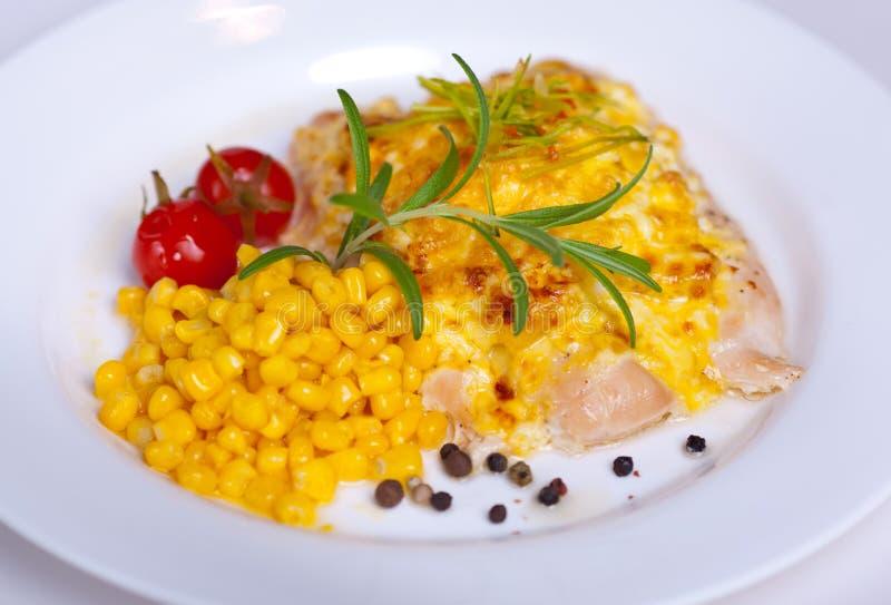 Ψημένο κοτόπουλο με τα αυγά και το καλαμπόκι στοκ εικόνες