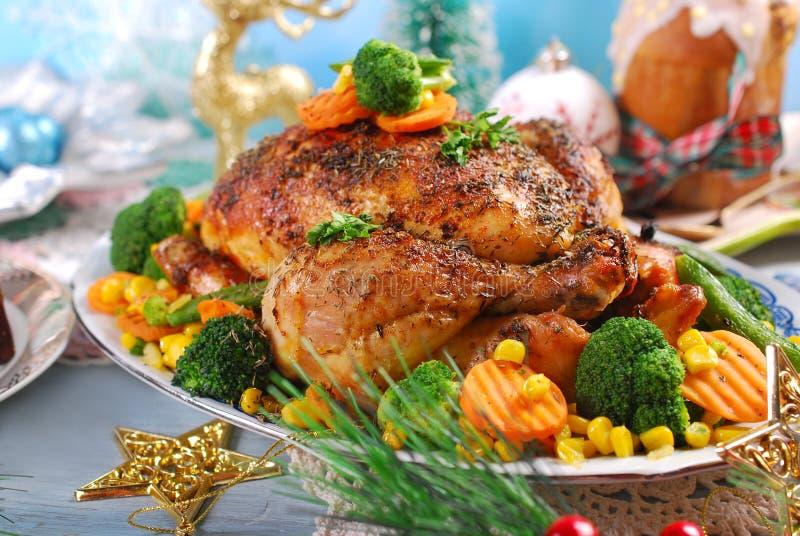 Ψημένο κοτόπουλο με τα λαχανικά στον πίνακα Χριστουγέννων στοκ εικόνες με δικαίωμα ελεύθερης χρήσης