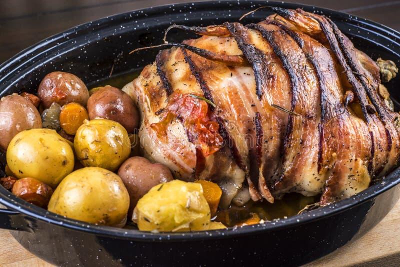 Ψημένο κοτόπουλο με το μπέϊκον και τις πατάτες στοκ εικόνα με δικαίωμα ελεύθερης χρήσης