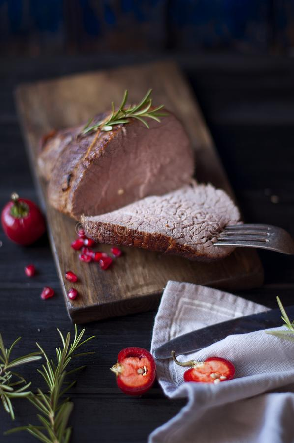 Ψημένο κρέας με το δεντρολίβανο και το κόκκινο πιπέρι Μπριζόλα beefburger γεύμα για τα άτομα Σκοτεινή φωτογραφία Μαύρη ανασκόπηση στοκ φωτογραφίες