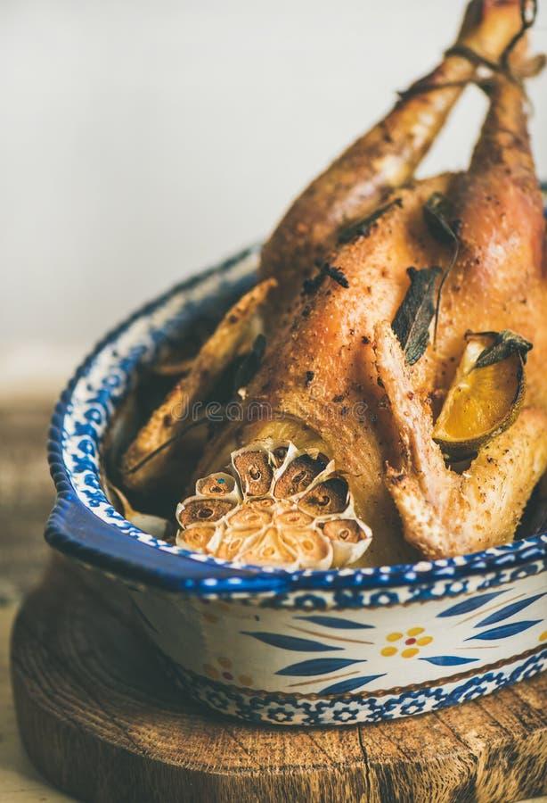 Ψημένο ολόκληρο κοτόπουλο με το σκόρδο για τον πίνακα εορτασμού Παραμονής Χριστουγέννων στοκ φωτογραφίες