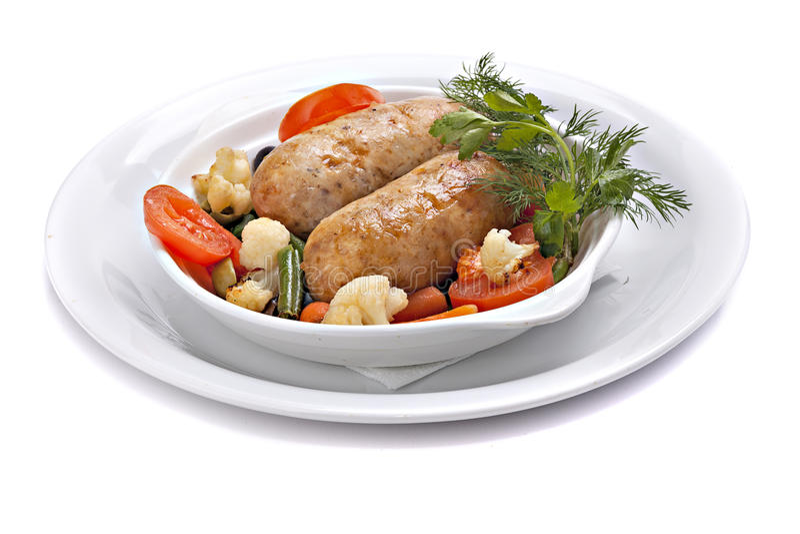 Ψημένο λουκάνικο με τα λαχανικά στο κύπελλο στοκ εικόνες
