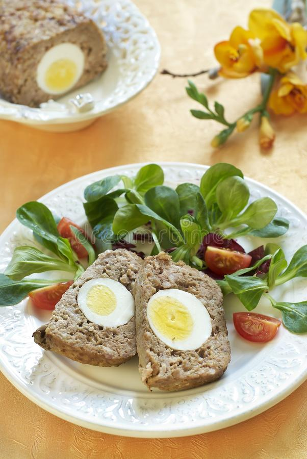 Ψημένο Πάσχα meatloaf με τα βρασμένα αυγά στοκ εικόνες