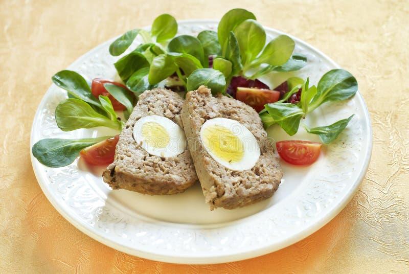 Ψημένο Πάσχα meatloaf με τα βρασμένα αυγά στοκ φωτογραφία με δικαίωμα ελεύθερης χρήσης