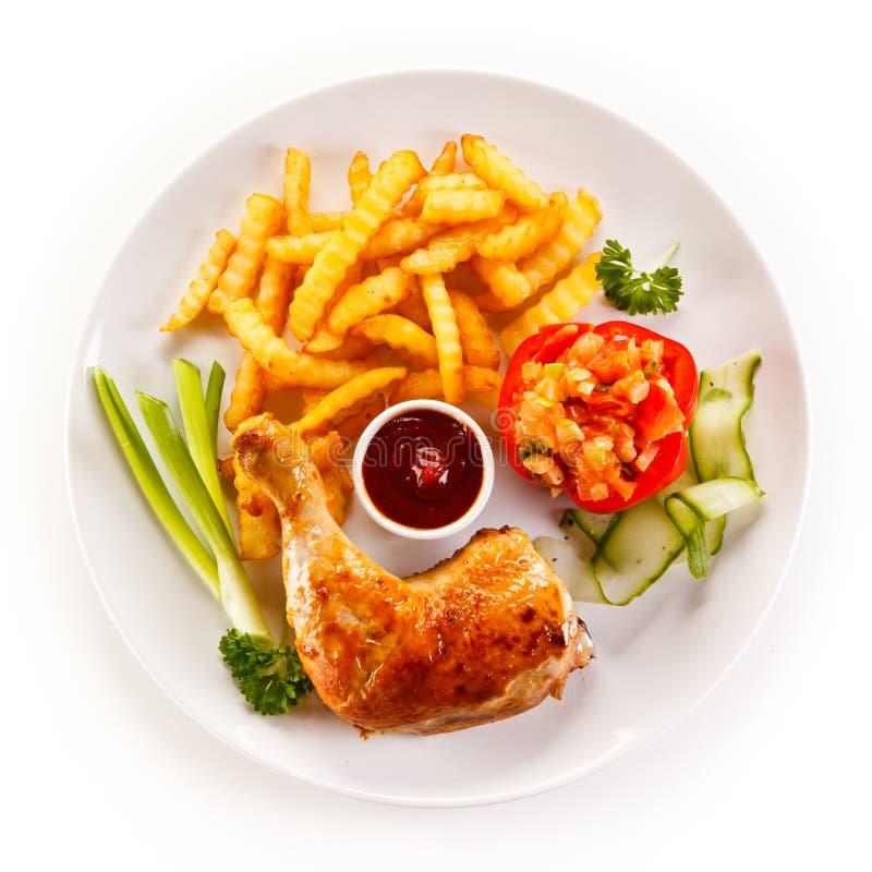 Ψημένο πόδι κοτόπουλου με τα τσιπ στοκ φωτογραφία με δικαίωμα ελεύθερης χρήσης