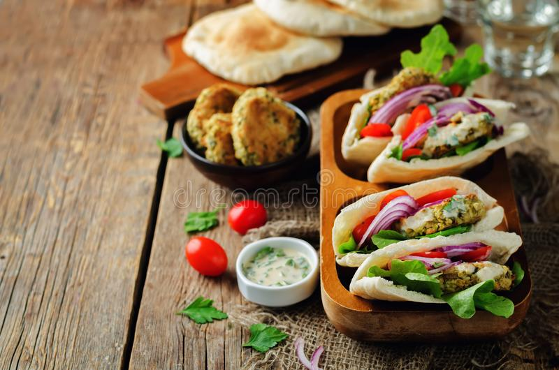 Ψημένο σάντουιτς Pita σάλτσας Tahini λεμονιών λαχανικών Falafel στοκ φωτογραφία με δικαίωμα ελεύθερης χρήσης