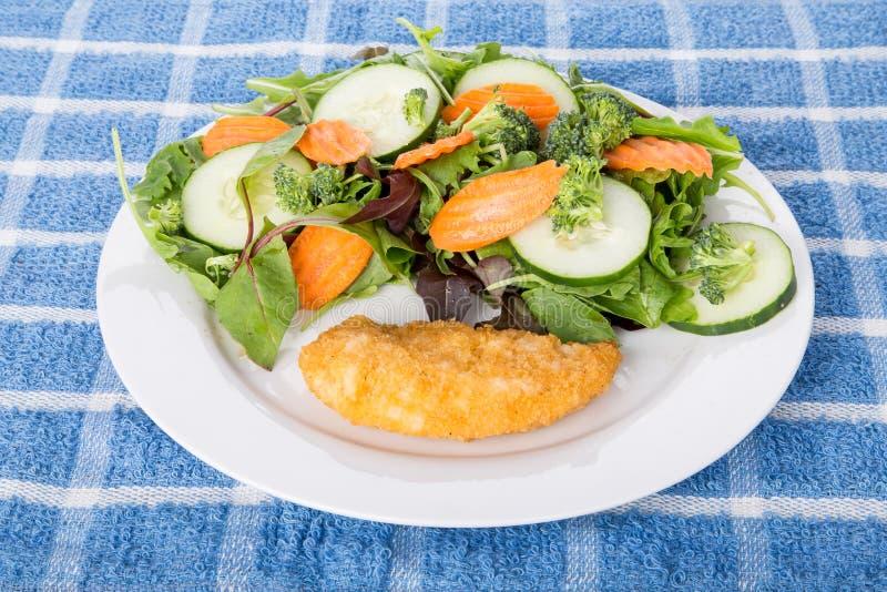 Ψημένο στήθος κοτόπουλου και φυτική σαλάτα στοκ φωτογραφία