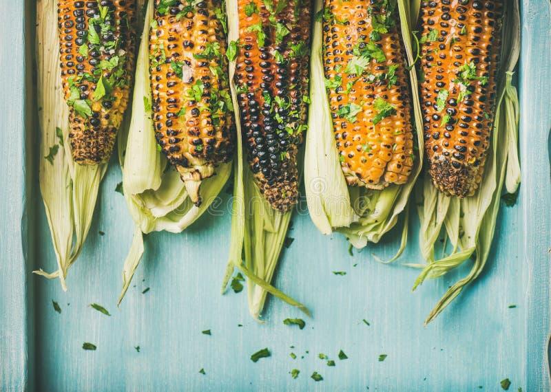 Ψημένο στη σχάρα γλυκό καλαμπόκι με τη σάλτσα pesto και το χορτάρι, διάστημα αντιγράφων στοκ φωτογραφίες με δικαίωμα ελεύθερης χρήσης