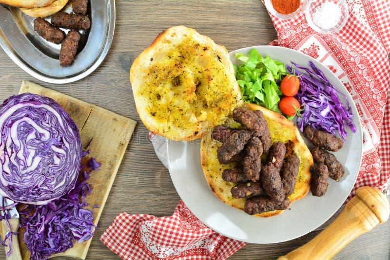 Ψημένο στη σχάρα επίγειο βόειο κρέας Kebab - ένα σύνολο φωτογραφιών που παρουσιάζουν έναν παραδοσιακό, σπιτικός που ψήνεται kebab στοκ φωτογραφία