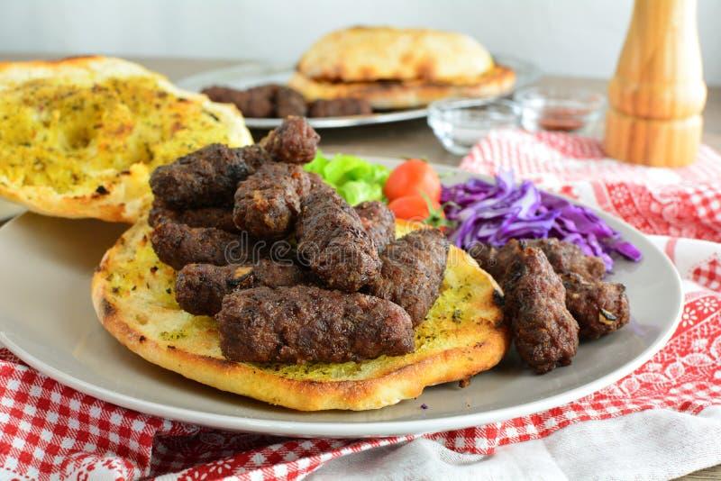 Ψημένο στη σχάρα επίγειο βόειο κρέας Kebab - ένα σύνολο φωτογραφιών που παρουσιάζουν έναν παραδοσιακό, σπιτικός που ψήνεται kebab στοκ εικόνες
