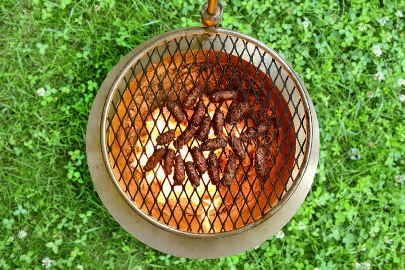 Ψημένο στη σχάρα επίγειο βόειο κρέας Kebab - ένα σύνολο φωτογραφιών που παρουσιάζουν έναν παραδοσιακό, σπιτικός που ψήνεται kebab στοκ εικόνα