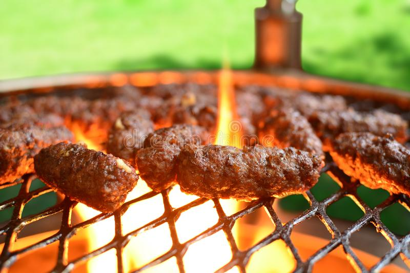 Ψημένο στη σχάρα επίγειο βόειο κρέας Kebab - ένα σύνολο φωτογραφιών που παρουσιάζουν έναν παραδοσιακό, σπιτικός που ψήνεται kebab στοκ εικόνες με δικαίωμα ελεύθερης χρήσης