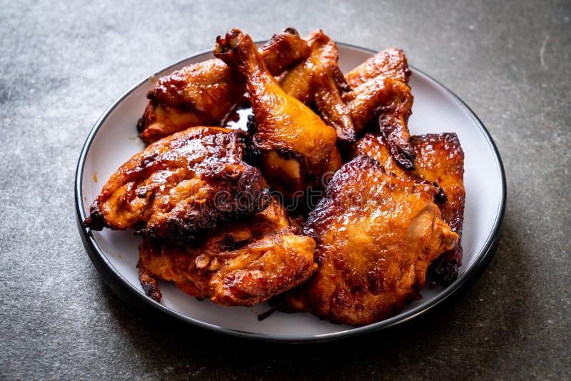 ψημένο στη σχάρα και κοτόπουλο σχαρών στοκ εικόνα με δικαίωμα ελεύθερης χρήσης