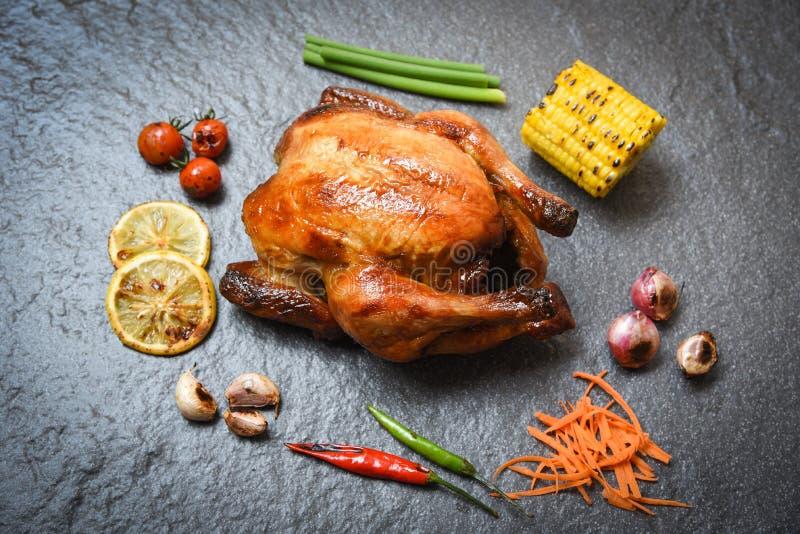 Ψημένο στη σχάρα κοτόπουλο στο σκοτεινό υπόβαθρο πιάτων με τα ψημένα τσίλι λεμονιών ντοματών πικάντικα στοκ εικόνα με δικαίωμα ελεύθερης χρήσης