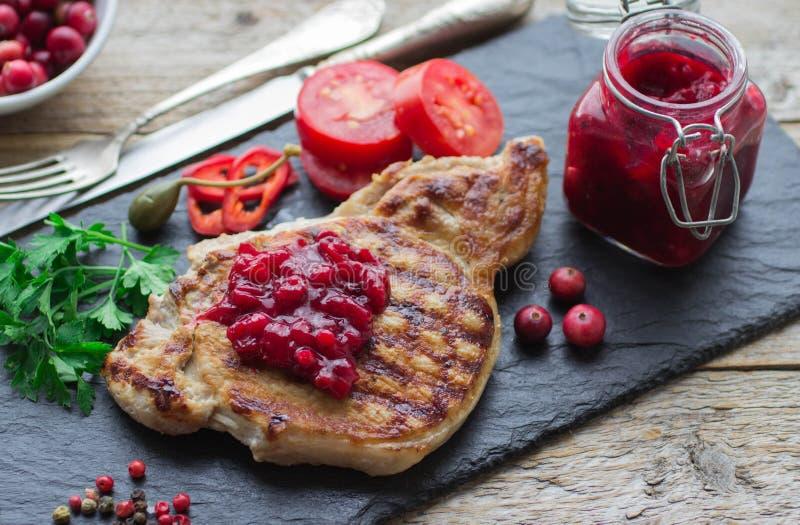 Ψημένο στη σχάρα κρέας με τη σάλτσα των βακκίνιων στοκ εικόνες