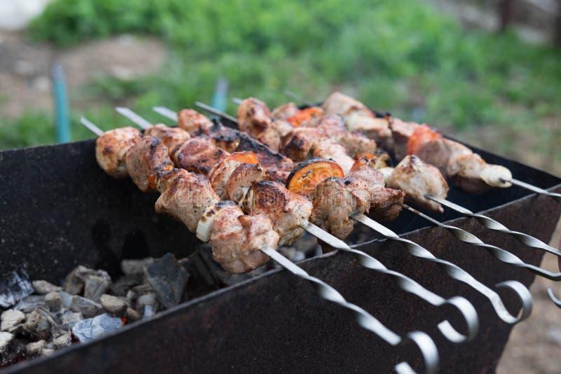 Ψημένο στη σχάρα κρέας που μαγειρεύεται σε μια σχάρα με τα λαχανικά στοκ εικόνα με δικαίωμα ελεύθερης χρήσης