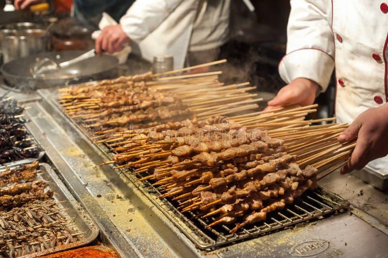 Ψημένο στη σχάρα κρέας στα ραβδιά στην αγορά νύχτας Wangfujing, Πεκίνο στοκ φωτογραφία με δικαίωμα ελεύθερης χρήσης