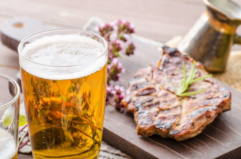 Ψημένο στη σχάρα κρέας χοιρινού κρέατος με την μπύρα στοκ εικόνες
