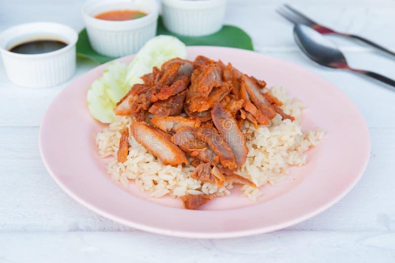Ψημένο στη σχάρα κόκκινο χοιρινό κρέας στη σάλτσα με το ρύζι στοκ εικόνα με δικαίωμα ελεύθερης χρήσης