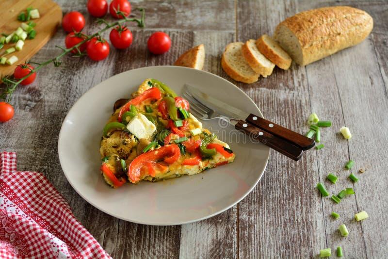 Ψημένο στη σχάρα μανιτάρι Frittata με το τυρί φέτας - ολόκληρη προετοιμασία συνταγής στοκ εικόνα