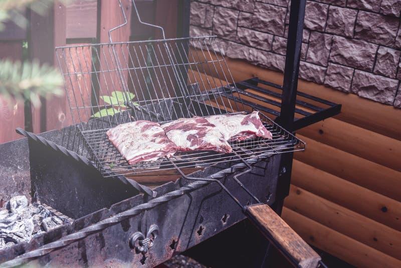 Ψημένο στη σχάρα μαριναρισμένο κρέας χοιρινού κρέατος στη σχάρα ξυλάνθρακα στο ψημένο γεύμα κρέας κόμματος οριζόντιο στοκ φωτογραφία με δικαίωμα ελεύθερης χρήσης
