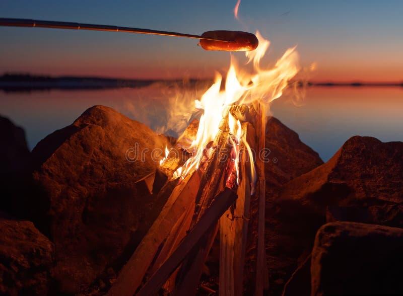 Ψημένο στη σχάρα λουκάνικο στην πυρά προσκόπων στοκ φωτογραφίες με δικαίωμα ελεύθερης χρήσης