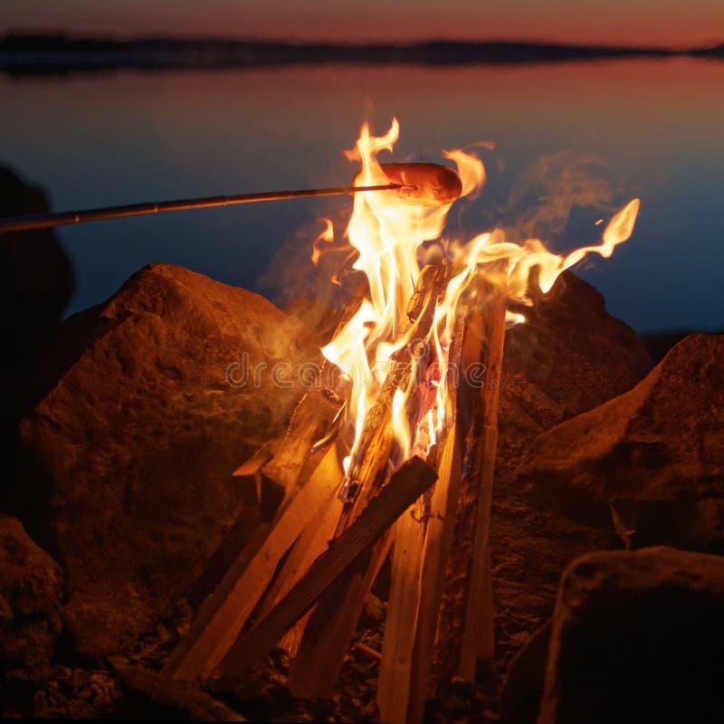 Ψημένο στη σχάρα λουκάνικο στην πυρά προσκόπων στοκ εικόνες με δικαίωμα ελεύθερης χρήσης