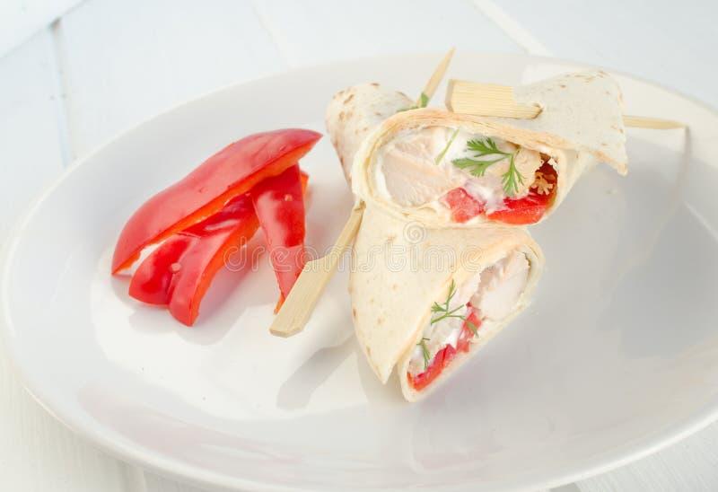 Ψημένο στη σχάρα ΠΕΡΙΚΑΛΥΜΜΑ με την κρέμα σκόρδου και φρέσκο λαχανικό με το πετρέλαιο dressingoil που ντύνει στοκ εικόνες