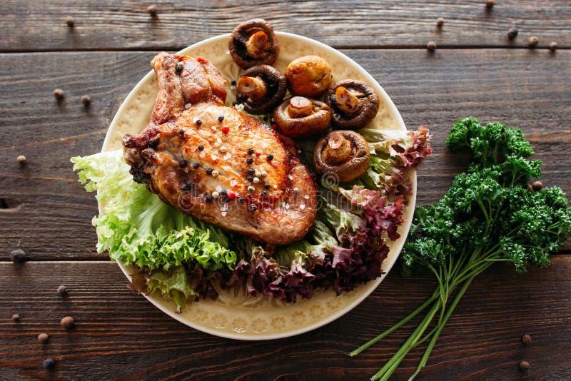 Ψημένο στη σχάρα πιάτο χοιρινού κρέατος με το μαρούλι και τα μανιτάρια στοκ εικόνες με δικαίωμα ελεύθερης χρήσης