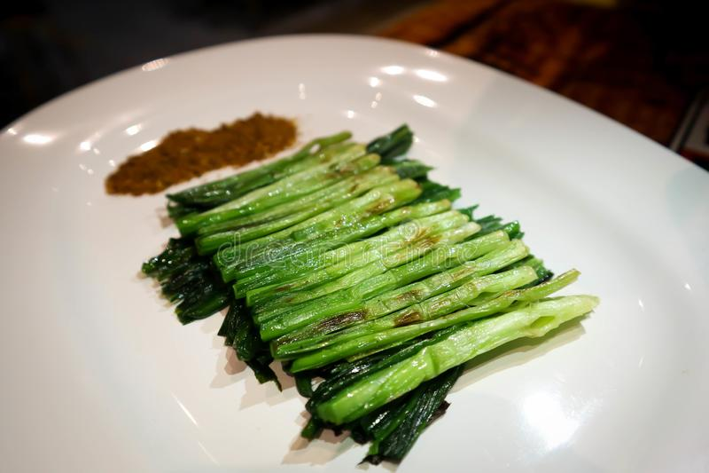 Ψημένο στη σχάρα πράσινο κρεμμύδι, ψημένο κινεζικό πράσο με το τσίλι στοκ φωτογραφίες με δικαίωμα ελεύθερης χρήσης