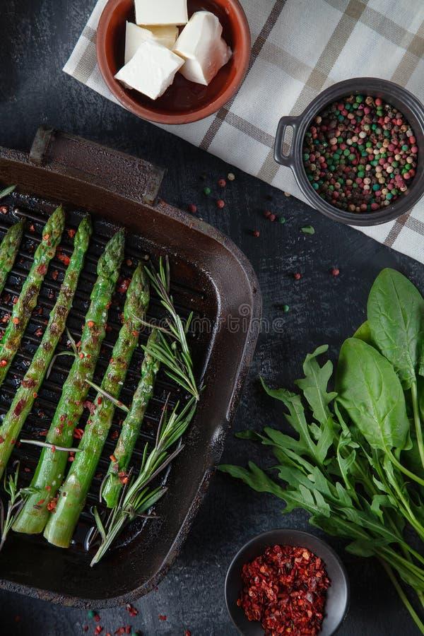 Ψημένο στη σχάρα πράσινο σπαράγγι σε ένα τηγανίζοντας τηγάνι με τα συστατικά γύρω λαχανικά, ελεύθεροι ψωμί γλουτένης, αυγά και μα στοκ εικόνα με δικαίωμα ελεύθερης χρήσης