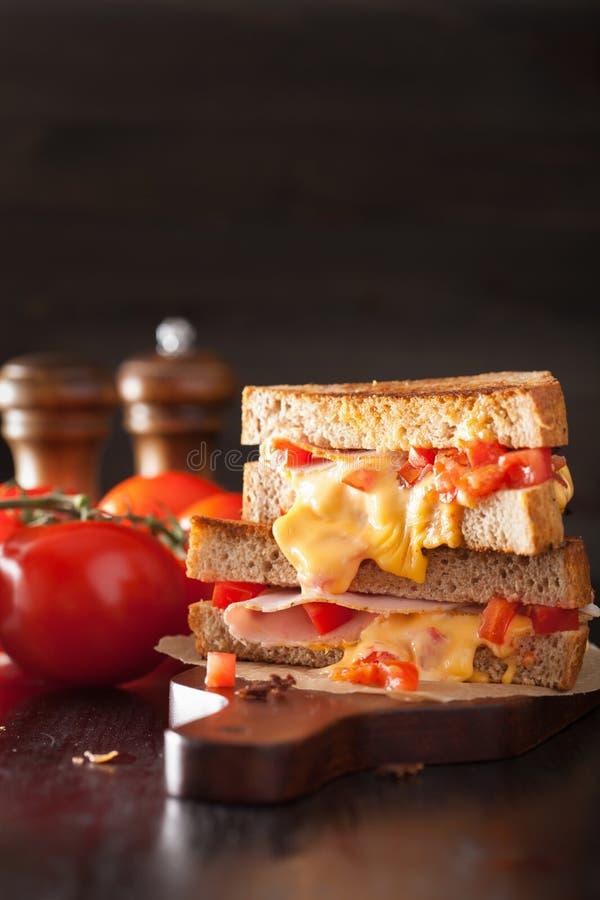 Ψημένο στη σχάρα σάντουιτς τυριών με το ζαμπόν και την ντομάτα στοκ εικόνες