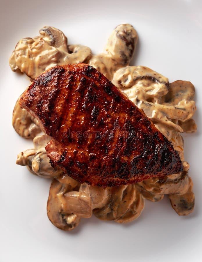 Ψημένο στη σχάρα στήθος κοτόπουλου με την κρεμώδη σάλτσα μανιταριών τρόφιμα υγιή στοκ εικόνες