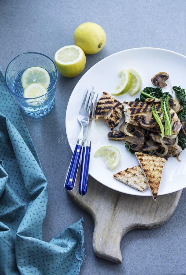Ψημένο στη σχάρα στήθος κοτόπουλου με τα μανιτάρια, κατσαρό λάχανο και flatbread στοκ εικόνες