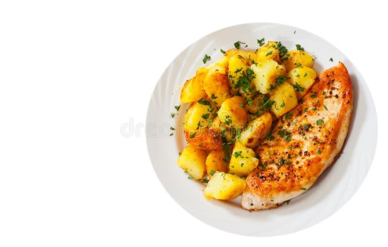 Ψημένο στη σχάρα στήθος κοτόπουλου με την πατάτα σε ένα πιάτο Τοπ όψη απομονωμένος στοκ εικόνα