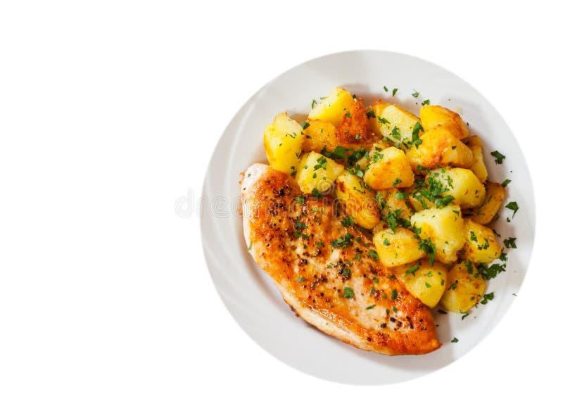 Ψημένο στη σχάρα στήθος κοτόπουλου με την πατάτα σε ένα πιάτο Τοπ όψη απομονωμένος στοκ εικόνες