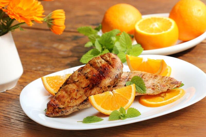 Ψημένο στη σχάρα στήθος κοτόπουλου με το πορτοκάλι στοκ φωτογραφία με δικαίωμα ελεύθερης χρήσης