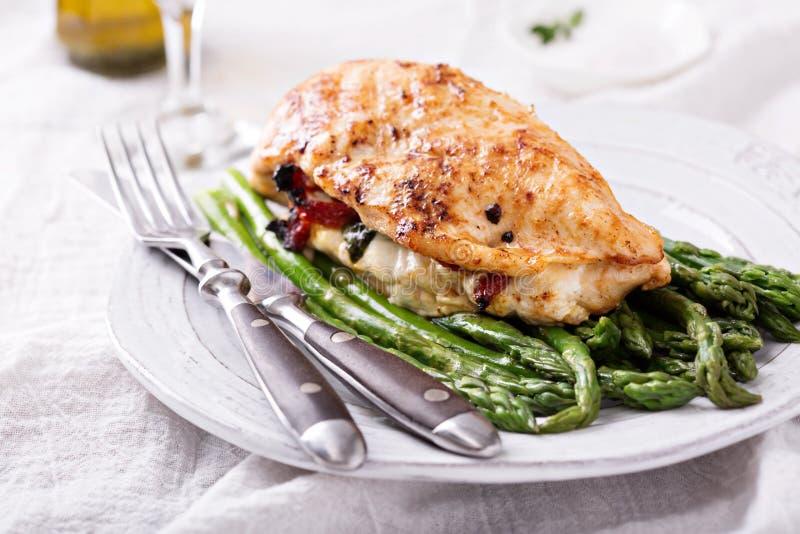 Ψημένο στη σχάρα στήθος κοτόπουλου που γεμίζεται με τη μοτσαρέλα στοκ φωτογραφία